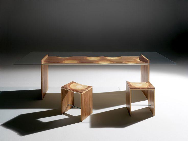 Design: StH – Homage to Toyo Ito, 2007 La panca Ripples di Toyo Ito, vincitrice del Compasso d'Oro 2004, ha dato origine a una collezione composta da diverse tipologie d'arredo. Una di queste è il tavolo, con piano in vetro che permette di ammirare la struttura portante, composta da un multistrato di cinque differenti legni …