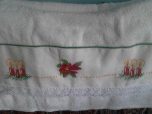 Navidad...toalla bordada en punto de cruz.