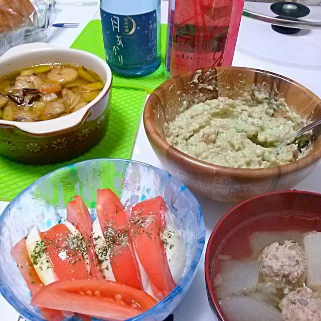 エビとエリンギのアヒージョ。 カプレーゼ。 マグロとアボカドマヨネーズ和え。 つみれスープ。 バケット。 スパークリングワインと日本酒♡ - 8件のもぐもぐ - 家飲み〜♪アヒージョはその後パスタへ変身!バケットが美味しかった♡ by wa12mi