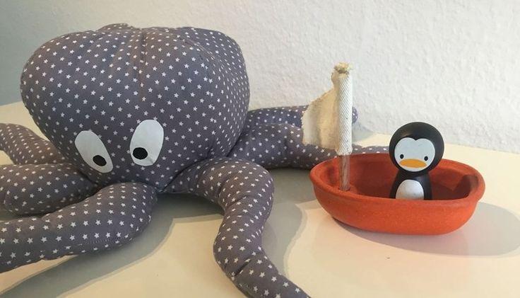 Jeg har rundt om på forskellige indretnings-blogs set de fineste blæksprutter. Jeg har nu givet mig i kast med at lave en selv og en opskrift dertil. Blæksprut
