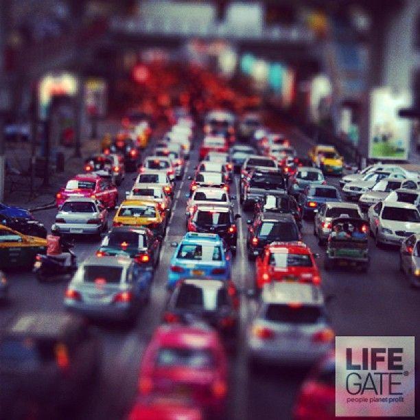 L'Europa ha messo il silenziatore alle auto. Il Parlamento di Strasburgo ha approvato una legge per limitare le emissioni sonore prodotte dalle automobili, da 74 a 68 decibel. Una decisione presa dopo che molti studi hanno dimostrato che l'esposizione prolungata ai rumori del traffico contribuisce allo sviluppo di malattie cardiovascolari.
