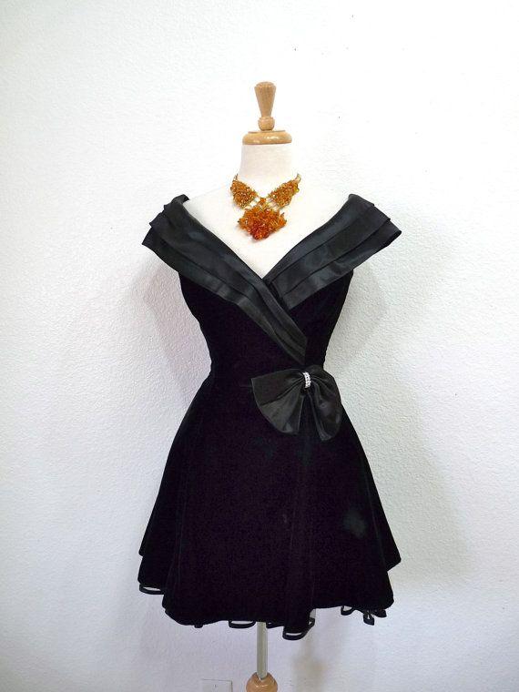 SALE Vintage 1980s Dress Black Velvet Sweetheart Mini Dress Full Skirt Cocktail Party Dress Small