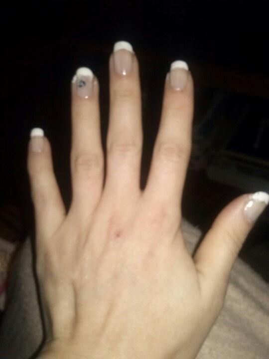 Olá,acabei mesmo agora de pintar as minhas unhas,ainda nem limpei os defeitos lol. Adoro a unha francesa,acho que fica muito elegante. Bjos doces