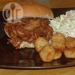 Pulled pork is een Amerikaans gerecht waarbij je varkensvlees heel langzaam gaar stooft en het opeet met barbecuesaus. Nederlands recept