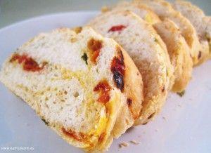 Italiaans brood met gedroogde tomaten en basilicum