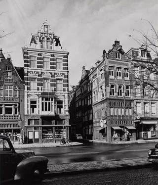 Rokin 70 – 76. Nr. 70 Antiquair Salomon Stodel, sinds 1858. Nr 72. Schmidt Optiek, sinds 1866. Nrs. 74 - 76 Boekhandel Scheltema en Holkema, sinds 1885 op het Rokin en later verhuisd naar het Koningsplein. Foto Stadsarchief Amsterdam, 30 oktober 1955.