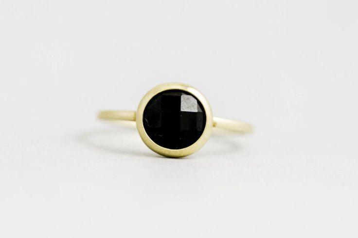 Anillo de ónice negro, anillo de oro sólido de 14K, piedras preciosas de ónix negro, aro de asiento, auténtica piedra preciosa negra, Simple y golosina, día de las madres, GR0228 de KyklosJewelry en Etsy https://www.etsy.com/es/listing/247561561/anillo-de-onice-negro-anillo-de-oro