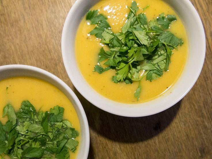 Geen zin in brood voor de lunch? Maak een lekkere soep vol winterse groenten. Dit is een recept voor een soep van knolselderij, zoete aardappel, en appel.