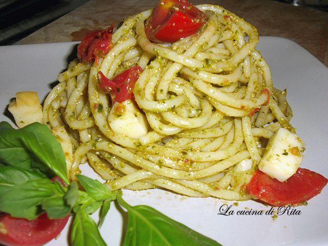 Oggi la Cucina di Rita vi propone un primo piatto veloce, fresco e profumatissimo: la pasta con pomodorini, pesto e provola. Impiegherete appena 5 minuti !!