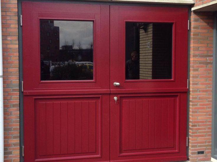 """Openslaande houten garagedeuren model """"Alkmaar"""" Deurdikte 68mm Dark Red Meranti Links of rechts openslaand (van buiten gezien) Symmetrische verdeling Deuren zijn voorzien van een zeer hoogwaardige isolatiekern Rubber tochtkader in zowel de deuren als het kozijn gefreesd Deuren zijn beide voorzien van een groot raam (het rode voorbeeld heeft bronsglas) Soort beglazing HR++ 4-16-4 / …"""