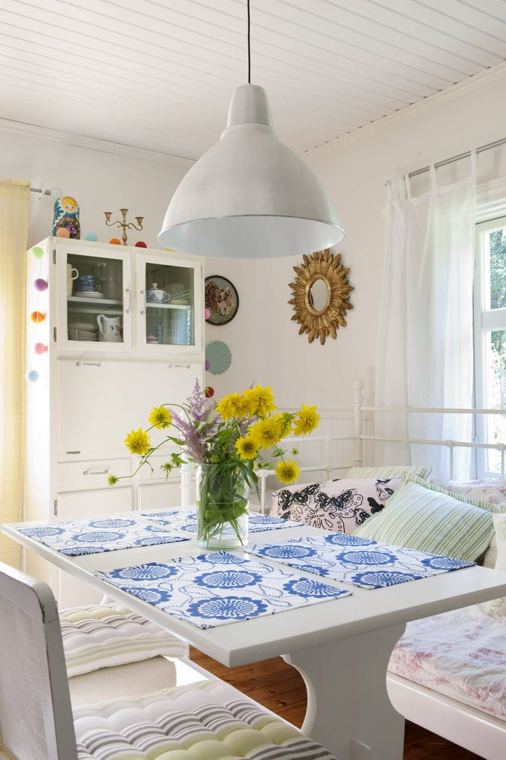 Astiakaappi on ostettu kirpputorilta ja tuolit ja sohva Huutonetistä. Pöytä jäi paikoilleen talon entisiltä asukkailta.