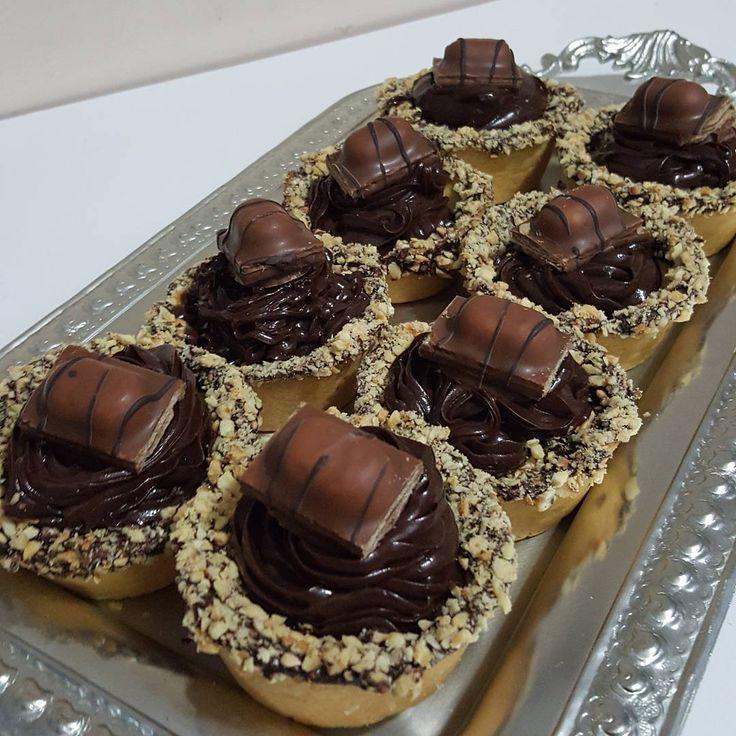 Bu minnaklarda çikolatalı tartlarım:) Malzemeler ✔Keki için ✔150 gram tereyağı ✔2 yemek kaşığı su ✔2 yumurta sarısı ✔1 vanilya ✔3 yemek kaşığı pudra şekeri ✔2 su bardağı un ✔Ganaj için ✔1 kutu krema ✔2 paket çikolata (biri bitter biri sütlü) ✔kenarı için 1 paket çikolata ✔1cay bardağı  fındık  Hazırlanışı  Önce kremayı kaynama noktasına getirin. 2 paket çikolatayı kırarak içine ekleyin. 2 yemek kaşığı tereyağını 5 dakika mikserle cırpın. Dolaba kaldırın. 2 saat soğusun, kıvam alsın. Tartı…