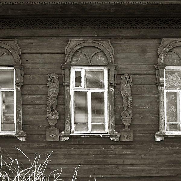 Деревянные окна с павлинами
