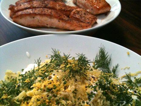 Stekt lax med pressad potatis, gräddfil, citron och örter | Recept.nu