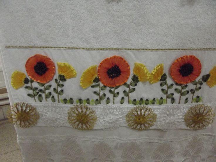 Karanfil kurdelesinden ayçiçeği yapılmış bir havlu