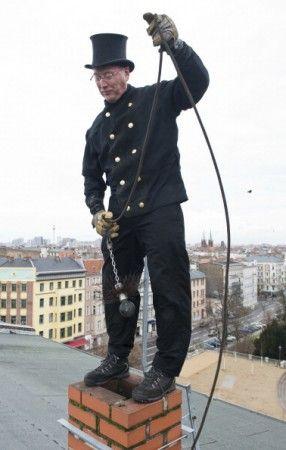 Deshollinador. Norbert Skrobek es considerado el mejor deshollinador de Berlín (Alemania). El hombre trabaja principalmente en el distrito de Kreuzberg, y es un técnico altamente cualificado. Lejos de la vieja imagen del deshollinador, los profesionales de hoy en día reciben una formación experta en cualquier problema relacionado con ventilación.