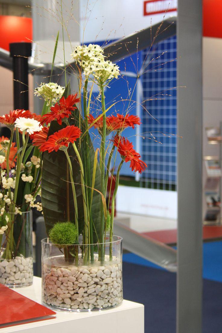 Blumengesteck für Counter mit Gerbera in Glasgefäß, flowers counter decoration, Hamburg Messe, Windenergy, Foto Birgit Puck - gruenestreiben.de