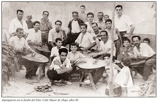 Cehegín. Alpargateros. Durante la primera mitad del siglo XX, la industria del cáñamo, hizo crecer en prosperidad al pueblo, dando trabajo a miles de personas. Los alpargateros eran los encargados de confeccionar las suelas del calzado.