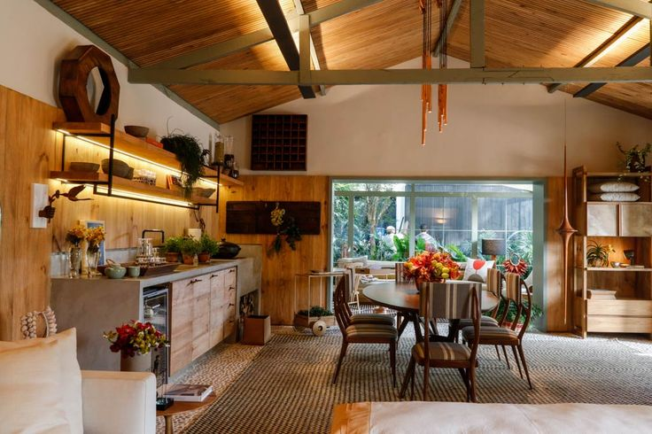 Marina Linhares, A Casa da Gente. Uma casinha simples que existia ali inspirou a arquiteta a criar este espaço de 95 m2, com 70 m2 construído. O ambiente também possui um delicioso jardim.