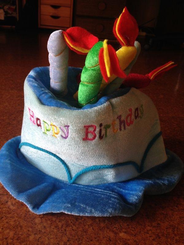 """Chapeau d'anniversaire bleu Inscription """"Happy birthday"""". Location chapeau Anniversaire Bleu à Villeurbanne (69100) _ www.placedelaloc.com/location/maison-vetements-soin/deguisement"""