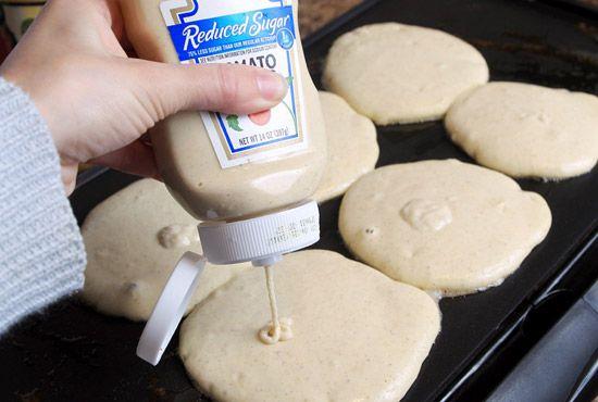 Conserver au frigo la pâte à crêpes ou à pancakes dans une bouteille vide de ketchup, pour pouvoir en faire chaque matin pendant quelques jours.
