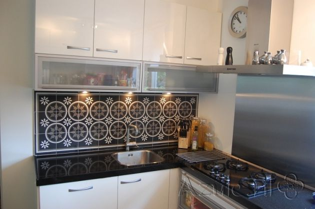 Cementtiles kitchen - negra 19 + border en corner - Project van Designtegels.nl