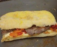 """PLJESKAVICA Panino farcito con un """"hamburger baltico"""" a base di un mix di carni, tra cui vitello, manzo e agnello, e salsa ajvar, a base di peperoni.(TRIESTE)"""