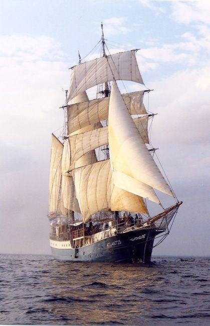 De barkentijn Atlantis is in 1905 op een werf in Hamburg gebouwd als lichtschip – een baken in de monding van de Elbe. Op een plaats waar de bouw van een vuurtoren niet mogelijk is. Na 70 dienstjaren in de Buitenelbe kreeg zij een tweede leven als zeilschip.