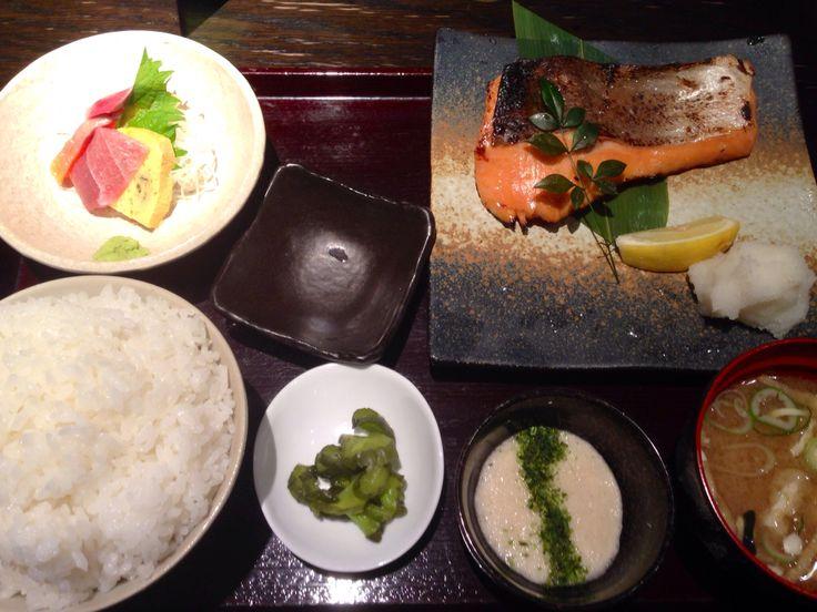 鮭の味噌焼き。魚はなかなかなもの。とろろが嬉しい。