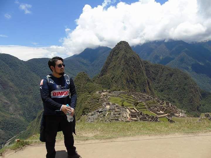 Richarson Silva portando la playera de Rayados desde Machu Picchu