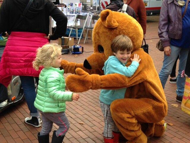 Uitdeelbeer krijgt een knuffel