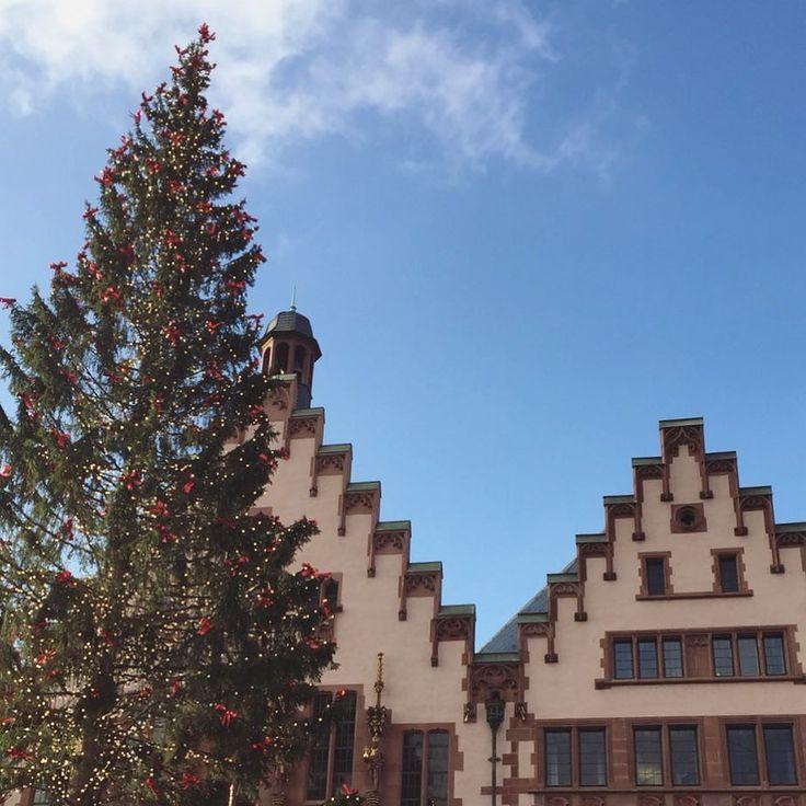 Good morning from a sunny second Christmas holiday!  #pfuellerkids #kinderwagen #stroll #strolling #spaziergang #weihnachten #zweiterweihnachtstag #christmas #citylife #froheweihnachten #merrychristmas #freude #family #familie #themostwonderfultimeoftheyear #lifestyle #facade #facadelovers #römerberg #römer #instagram #instalike #instadaily #instachristmas #photo #photooftheday #store #frankfurt
