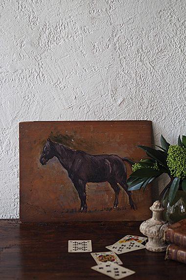 風上に立つ馬-panel painting 胴回り太くがっちりとした体型、軽種と重種の中間、ジャンプ障害競技で活躍するセルフランセ、彼方を見る静観の仕草。美しく強い馬という対象に只只魅了される為なのか、馬術が盛ん(実際こちらの油絵は馬場産業のメッカ、ノルマンディー地方のお品)だからなのか、馬モチーフの絵はフランスのアンティークマーケットでも人の興味を引いている。背面左上に「Atelier Colie」1831'〜のシールラベルが。特に壁掛け用金具は付属しておらず、絵画の上部中心に釘を打った穴跡が御座います。
