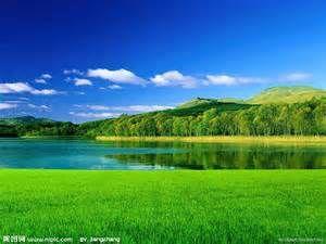 草原と湖 水面に映った緑が美しい