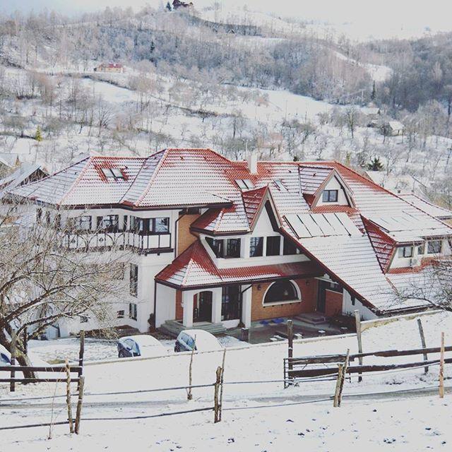 When winter in Bran #conaculbratescu #conac #bran #brancastle #boutiquehotel #boutiqueroom #dracula #transylvania #travelromania #inspiration #snow #winterishere #winterinbran #mansion #conac