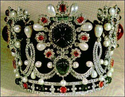 De acordo com a tradição, as pedras usadas nesta coroa foram selecionados a partir de gemas soltas pertencentes ao tesouro da Persia. A coroa é feita de veludo verde e ouro branco. Tem mais de 38 esmeraldas, 105 pérolas, 34 rubis, 2 Spinels e 1.469 diamantes. O peso total da coroa é 1,481 gramas. A maior esmeralda está localizada na pedra central na parte da frente da coroa, e pesa cerca de 91,32 kilates.  Ea maior pérola é de aproximadamente 22 mm.