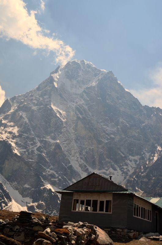 Ламповое фото лоджии в поселке Дзонгла перед перевалом Чо Ла на треке от Базового лагеря Эвереста к озерам Гокио. Вот так, на фоне величественных гигантов, в регионе Кхумбу расположены маленькие домики непальцев. Они веками живут среди этого невероятного великолепия и радушно приглашают к себе в гости каждого путешественника. И мы отправимся к ним снова уже в октябре этого года!   Подробнее: http://hikeup.net/trekk/7/