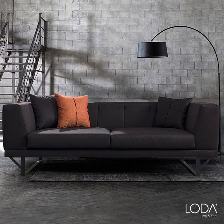 Mat siyah rengi ve özel tasarım metal ayakarı ile salonunuza ağırlığını koyacak bir mobilya. 2017'nin en iddialı tasarımlarından Madison Kanepe Loda'da.
