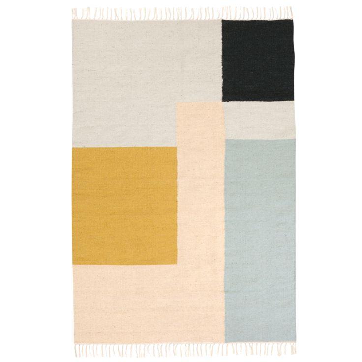 Il tappeto Kelim grande si caratterizza per una forte connotazione grafica. I tappeti della linea Kelim di Ferm Living sono realizzati a mano, pertanto variano lievemente da pezzo a pezzo. La tecnica di tessitura a telaio, detta 'Punja', prevede l'utilizzo di un telaio manuale tradizionale ed e' una delle tecniche piu' antiche. Il filo di lana e' tinto a mano, risultando unico ogni volta. Il produttore di lana e' un titolare di licenza Woolmark, a garanzia indipen...