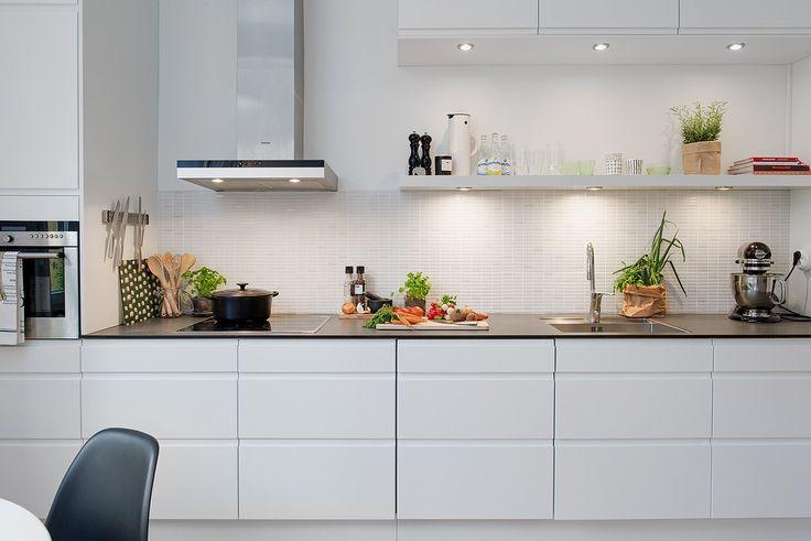 Nyrenoverat kök med öppna hyllor