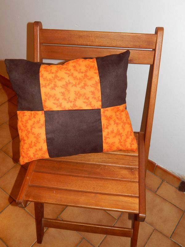 coussin orange et marron objets d co la caverne d. Black Bedroom Furniture Sets. Home Design Ideas