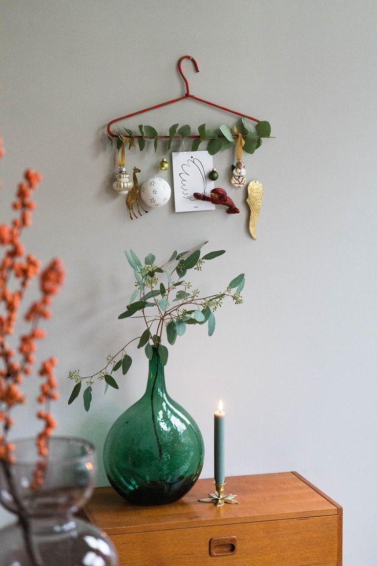 Dekorieren Sie einen Kleiderbügel mit Weihnachtskugeln und anderen Dekorationen, eine originelle Alternative zu einem normalen Weihnachtsbaum Alternativen für ein Weihnachtsfest …
