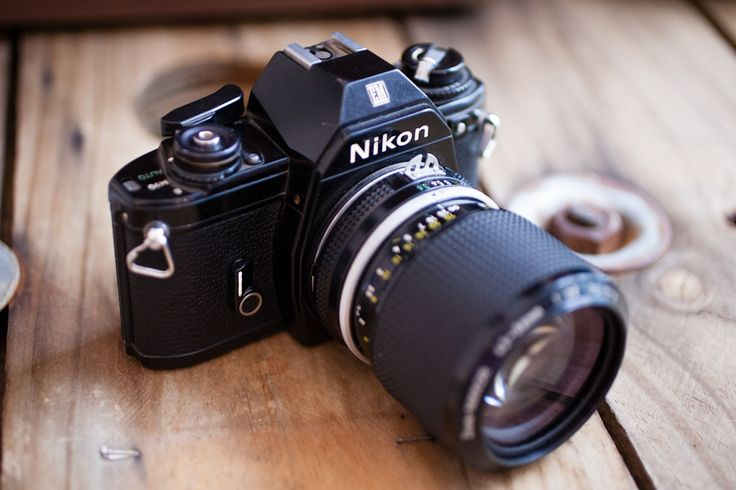 Cámara Nikon EM réflex analógica del año 79. Acompañada de un zoom Nikkor 40-85 mm f. 3,5.