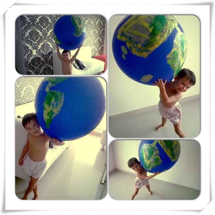 """Sebas debía mostrar la importancia de cuidar el planeta. Nuestra idea fue usar un globo azul gigante, que decoramos usando goma con papel cometa, simulando cada continente. Sebastián debía exponer la obra en frente de sus amigos, explicando que era muy importante cuidar el planeta porque sí no lo hacían esto era lo que podía pasar: Puuummm! (la profesora explotaba el planeta-globo). Al explotar, por el papel, se creo un efecto de sonido y de """"descomposición"""" que apoyo lo que queríamos…"""