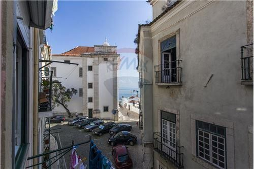 Lisboa, Alfama, Rua Guilherme Braga. Apartamento com 60 m2 bem conservado com vista de rio em prédio em bom estado. Vendido em Janeiro de 2015 por 115 mil euros. Vendido por Diogo Neto.
