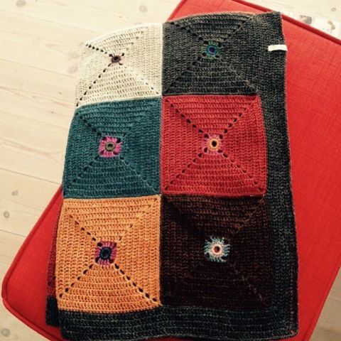 Var til uldfestival i Saltum og købte små pakker med flere forskellige farver garn i. Det blev et et tæppe til min veninde.    ...