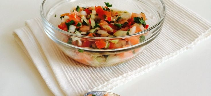 2.Salsa  Ingrediënten  - 3 tomaten1.Ingredienten  – 1 ui  – 1 rode peper  – 2 teentjes knoflook  – 1 bosje verse koriander  – olijfolie  – citroensap  – zout & peper    Bereiding