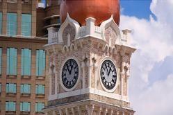 Edificio del Sultán Abdul Samad (Malasia) Edificio del Sultán Abdul Samad (Malasia) Coronado con una cúpula dorada, el edificio es una mezcla de diseño árabe y británico. La torre del reloj marcó la independencia de la ciudad a medianoche el 31 de agosto de 1957, cuando la bandera de Malasia fue izada por primera vez