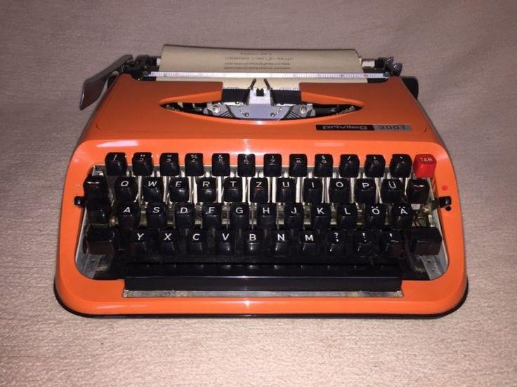 Tragbare mechanische Reiseschreibmaschine der MarkePrivileg (Brother), Modell «300T» mit Tabulator,Seriennummer, M4271802 Um 1974.Die Schreibmaschine war ganz wenig benutzt undbefindet sich in einem sehr gut erhaltenen Zustandmit altersbedingten Gebrauchsspuren. Die Maschineist gereinigt, geölt und getestet. Neu Farbband istmit dabei. Ein sehr schönes Stück für Sammler.Maße mit Koffer ca. 33,0 cm x 33,0 cm x 12,0 cmGewicht ca. 5,5 kg