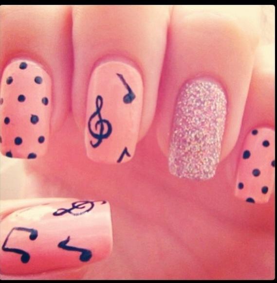 Unhas decoradas (rosa com bolas, glteres e notas musicais).